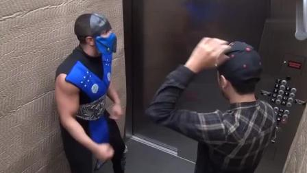 男子扮成斗士在电梯假装攻击路人, 遇上会武术的