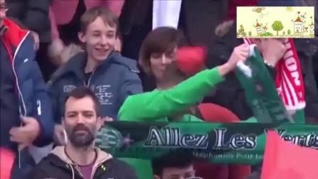足球场上的搞笑瞬间, 连场边教练都被铲倒了