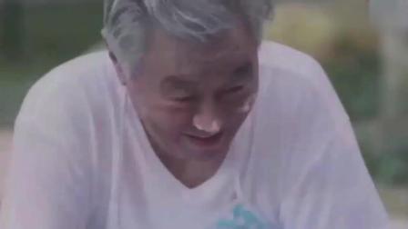 爷爷在帮孙女洗衣服, 孙女一下脸都红了