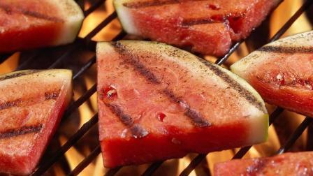 美國素食餐廳推出熏烤西瓜, 酷似烤肉引吃貨爭議!