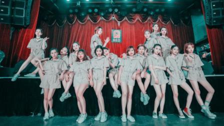 单色舞蹈一群美女掉古典风格的爵士舞视频 被吸引到了