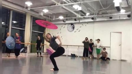 点击观看《练习室版古典舞 雨碎江南 执手说一生缘 在桥头并肩》