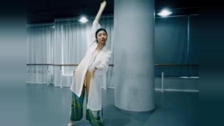点击观看《练习室版古典舞 卷珠帘 一个多情的女子独守孤室 无尽思念》
