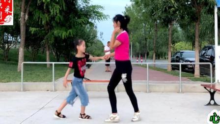 点击观看《初级鬼步舞 对跳24步教学 心跳 0基础鬼步舞视频教学分解 正背面示范 一看就会》
