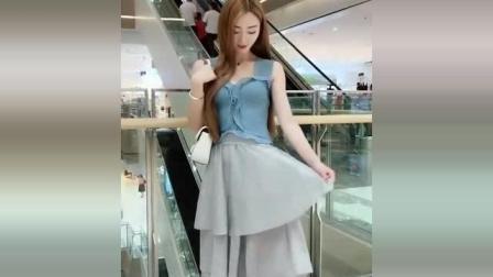 在商场自拍的美女, 自信满满, 身材和颜值不错!