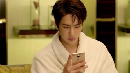 帅哥看美女手机里的照片,结果看到美女的自拍