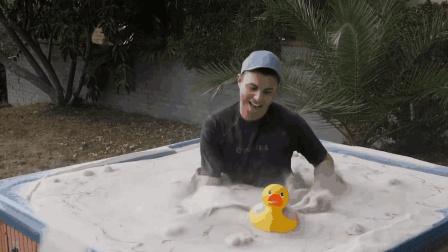 第一次见这种游泳池  放满沙子  跳进去玩一圈  衣服湿不了