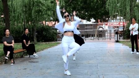 青青世界广场舞 老妹儿一大早就尬舞不过这样的尬舞挺养眼的