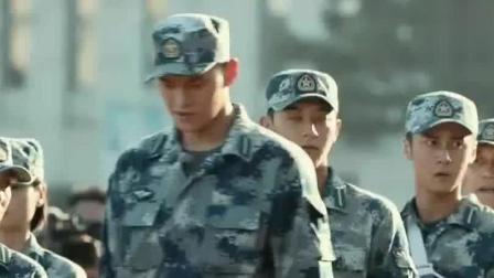黄子韬让孙杨帮帮女兵, 然后他跑到终点后, 再回