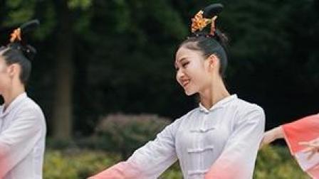 点击观看《穿上道姑的服装 仙气苒苒 仙风道骨的古典舞 就是赏心悦目》
