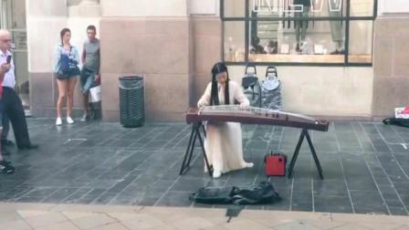 法国波尔街头, 古风女子演奏古筝, 琵琶语瞬间吸引观众!