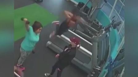 美女跑步机上玩自拍被摔惨, 面部着地, 网友: 别