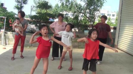 农村婆婆张二姐  陪孩子们跳舞好开心  二婶子带头跳广场舞神曲