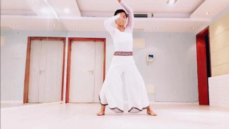 点击观看《中国风爵士舞 龙之泪 小姐姐一个人在练习室即兴表演》