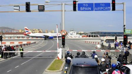 世界上最危险的机场  离市中心500米  市民拿生命过马路!