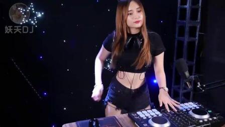 美女DJ现场打碟: 《妹妹请你爱上我》, 歌词诙谐