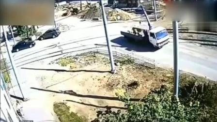 大货车触碰到十万伏高压线, 司机还能下来吗