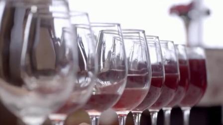 军哥真厉害,装着红酒的高脚杯就弹奏出了歌曲