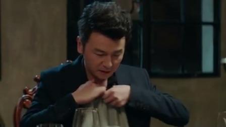 美女带男子吃西餐,男子竟把餐巾挂在脖子上,