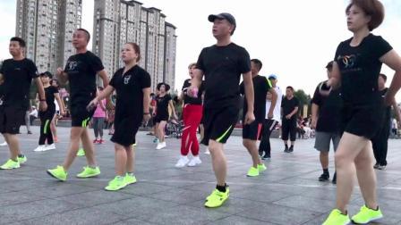 点击观看《团体鬼步舞视频 整齐黑衣曳步舞团38度6广场上跳舞》