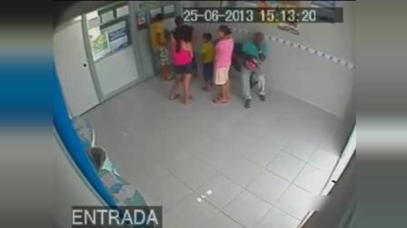 彩票站监控拍下的惊魂一幕, 当他们发现不对劲时
