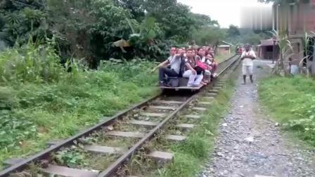 """非洲人民自制的""""观光车"""", 放在铁轨上就能行驶"""