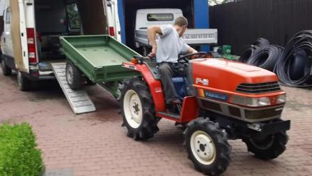 国外小伙买了辆拖拉机准备运回家, 这驾驶技术一