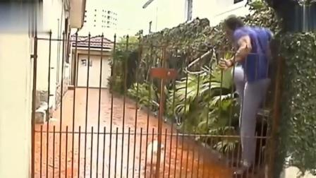 国外爆笑街头恶搞: 男子进门听到狼狗狂吠扑出来