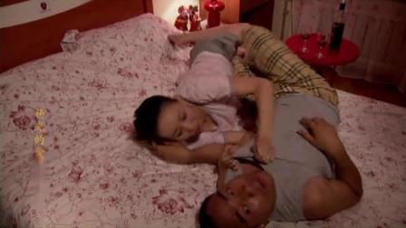 杨光和媳妇在家准备睡觉,条子来敲门,杨光气