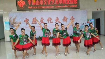 点击观看《美久广场舞 你开心我快乐 活泼易学流行舞详细视频分解教学视频 附正背面舞队展示》