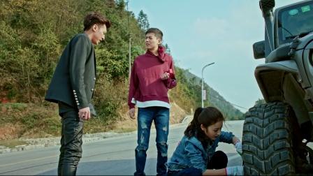 小宇高速公路爆胎,金美丽玩转扳手换轮胎