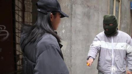 四川方言搞笑视频: 单身女子遇劫匪, 一招制服