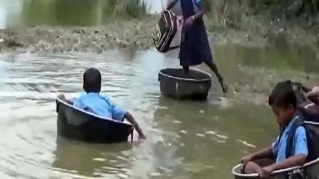 印度小学生挤身铝盆渡河上学