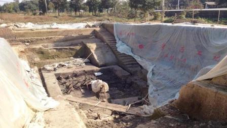考古挖掘一古墓, 墓中早已空无一物, 没过多久专