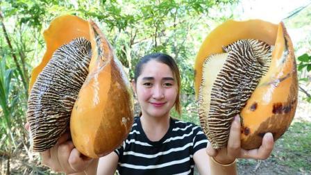 柬埔寨妹子户外煮美食, 2个海蜗牛, 看看她怎么吃法?
