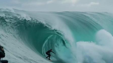 牛人挑战十米高巨浪冲浪瞬间被淹没