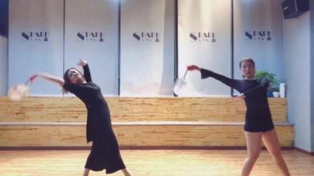 点击观看《古典舞 流光飞舞 就算在练习室练习古典舞 可观赏程度很爽!》