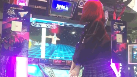 点击观看《在游戏厅捕捉到短发妹子跳舞机上秀舞蹈, 背影超美, 就是裙子短了点》