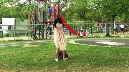 国外恶搞: 小女孩背对马路狼吞虎咽偷吃东西, 路