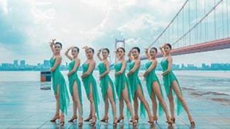 点击观看《拉丁舞视频 有这样的一群美女就是我的末日》