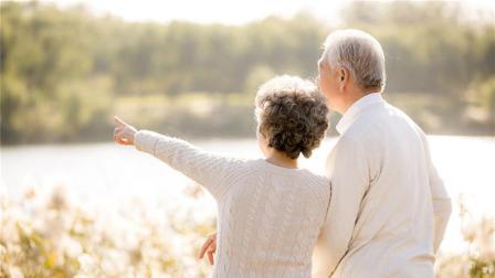 """患癌后真的没救了吗? 70岁患癌老人出国游玩, 回来竟""""重生"""""""