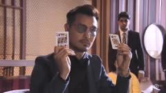 小伙跟赌王老是摸到二十一点,另在场的须眉满意,请求他们赌命