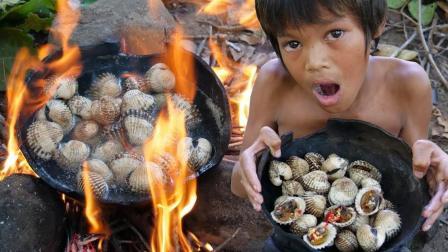 农村熊孩子, 户外生火一锅水炖血蛤, 一口一个吃得津津有味哒!