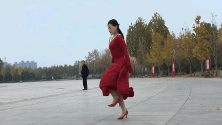 点击观看《老妹儿一人在广场跳高跟鞋鬼步舞真牛 买了佛冷DJ版 青青世界广场舞》