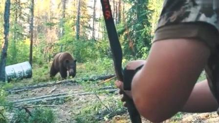 太惊险了! 作死男子弓箭狩猎棕熊  差点搭上自己?#30007;?#21629;