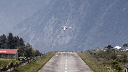 世界上最危险的机场  机场三面都是临崖  飞机起落全靠飞行员目测