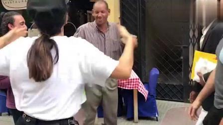 太搞笑了! 外国恶搞视频: 假蛇吓路的路人仓皇而
