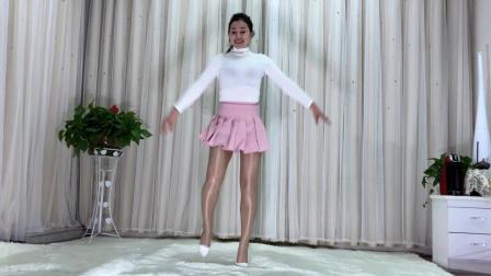 点击观看《青青世界广场舞 零基础花样鬼步舞看一遍秒懂《中国红》DJ小鱼儿》