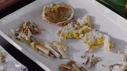 """风味人间: """"骨灰""""级吃货才是吃大闸蟹专家, 一点蟹肉都不浪费"""