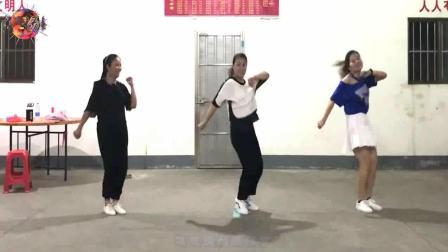 点击观看《舞动人生广场舞  阿西阿西 三姐妹跳的鬼步舞太棒了 一起看看吧》